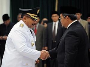 H. Perry Soeparman, SH., MM., M.Si  berjabat tangan dengan Gubernur Jawa Barat Ahmad Heryawan seusai dilantik menjadi Penjabat Bupati Bandung.